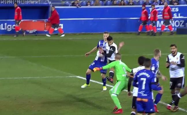 El Alavés reclamó penalti por mano en el minuto 25