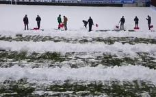 El Alavés limpia de nieve Mendizorroza para que el choque ante el Levante