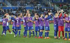 Los jugadores del Alavés, con la camiseta morada por el Día Internacional de la Mujer