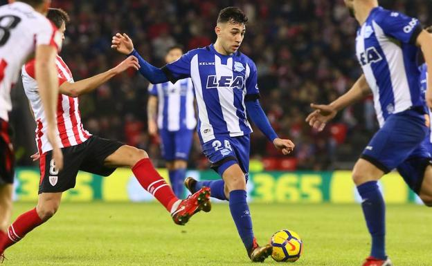 Munir se zafa de varios defensas del Athletic.