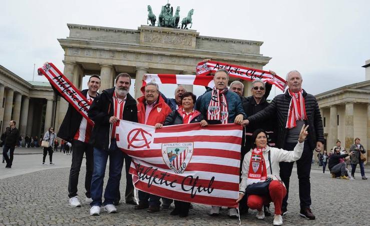 Los hinchas del Athletic tiñen de rojiblanco el corazón de Berlín