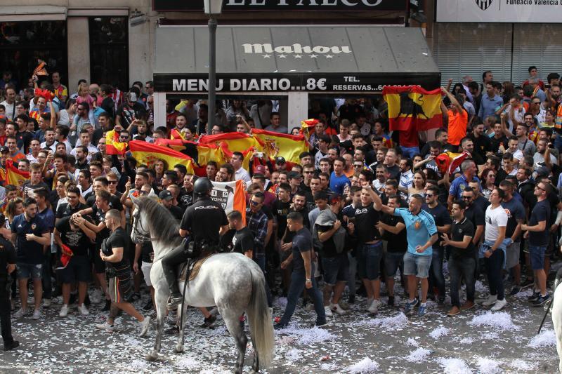 Las imágenes de la llegada del Athletic a Mestalla a grito «puto vasco el que no bote»
