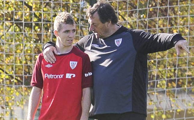 El Athletic porta contra el Hertha brazaletes negros en recuerdo de Bonini