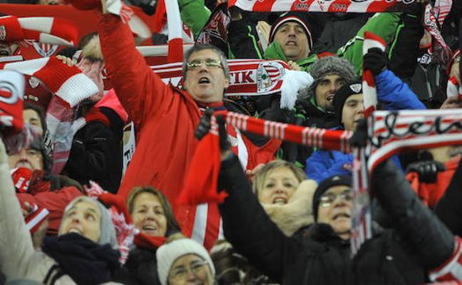Los 197 aficionados del Athletic atrapados en Cracovia esperan volar a Bilbao a las tres de la tarde