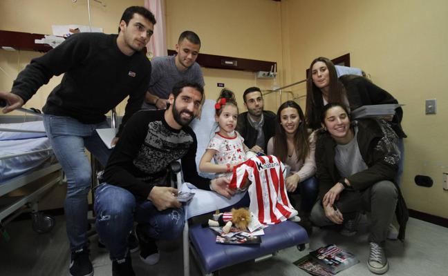 Los jugadores del Athletic visitan a los 'peques' en Cruces y Basurto