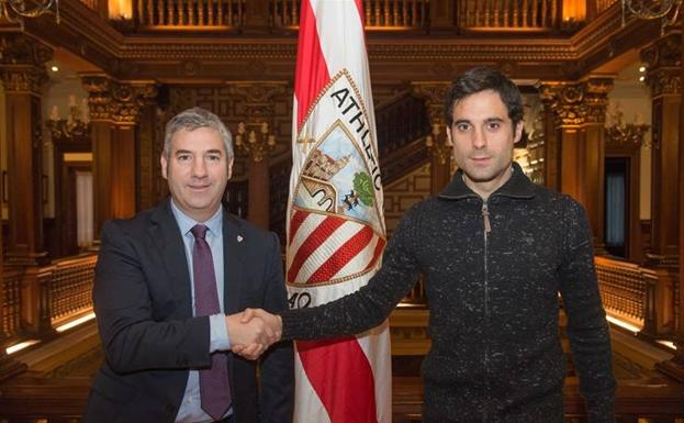 Etxeita junto a Josu Urrutia tras renovar contrato hasta 2019 con el Athletic/ATHLETIC CLUB