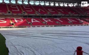 Cubierto para evitar su congelación: así está el césped en el que jugará el Athletic
