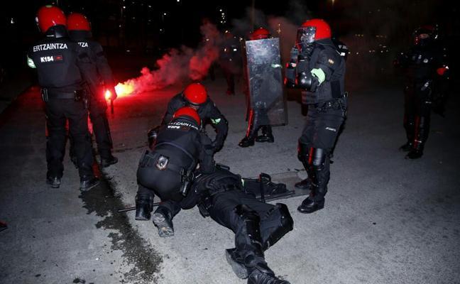 Fallece un ertzaina tras los altercados entre hinchadas en la explanada de San Mamés