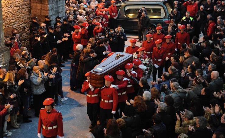 Fotos: funeral de 'Ino', el ertzaina fallecido en los incidentes entre los seguidores del Athletic y el Spartak