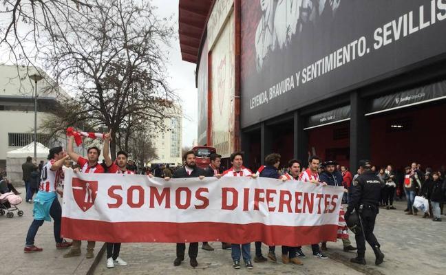 Una pancarta de 'Somos diferentes' recibe al Athletic en el Pizjuán