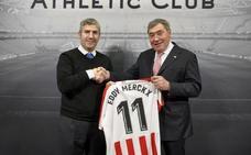 El Athletic regala a Merckx una camiseta personalizada
