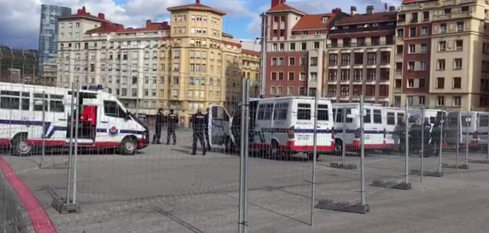 La explanada de San Mamés ya está vallada ante la llegada de los ultras del Olympique