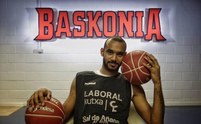 Adam Hanga se desvincula del Baskonia y ficha por el Barça