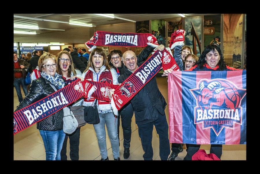 Miles de baskonistas parten hacia la Copa desde Foronda y Loiu