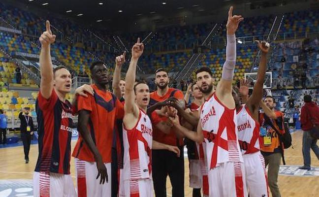 El equipo honra a la afición baskonista