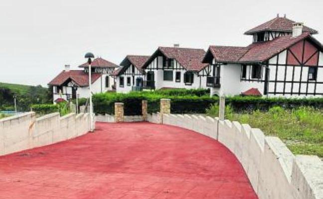 Barrika da el último paso para regularizar los chalés de Muriola
