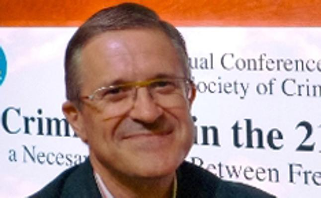 Jose Luis de la Cuesta EHUko katedraduna, honoris causa doktore Perun