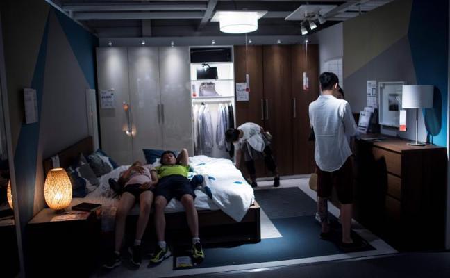 Dormir la siesta en el Ikea de Shanghái para escapar del calor