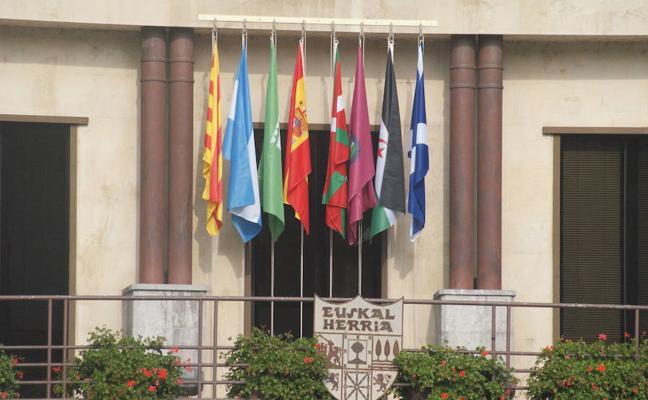 Llodio sigue con su 'guerra de las banderas'