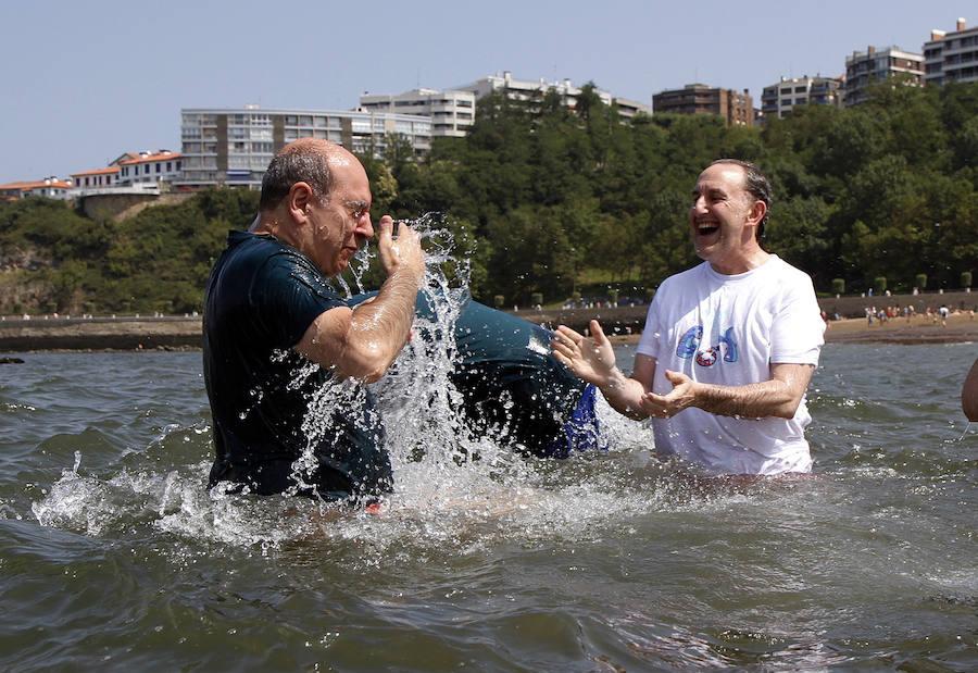 Políticos y famosos se mojan por la esclerosis múltiple en Getxo