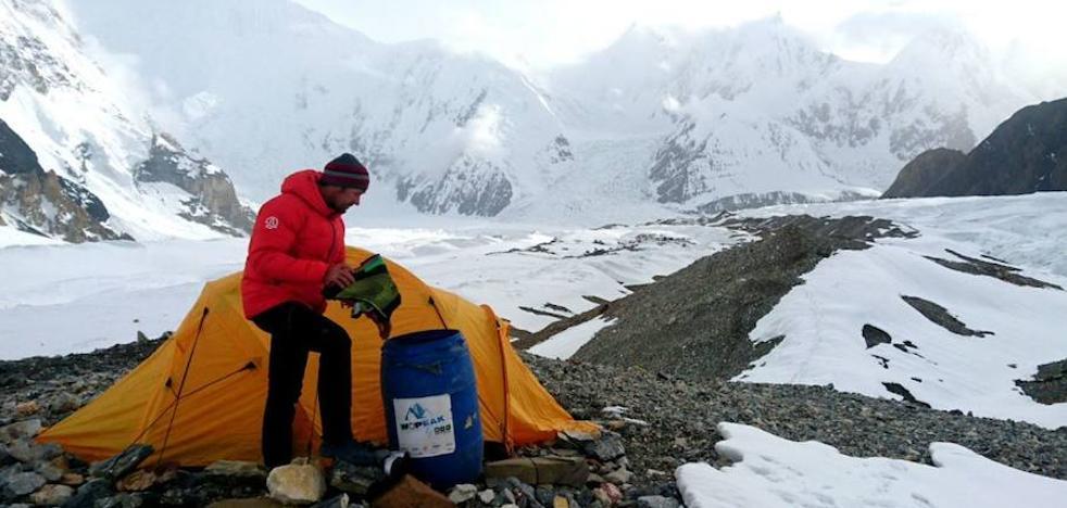 La nieve amenaza la travesía de Iñurrategi, Vallejo y Zabalza en los Gasherbrum