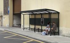 La Diputación instala una marquesina en la calle Capuchinos, donde esperan al Bizkaibus los usuarios que van a Galdakao