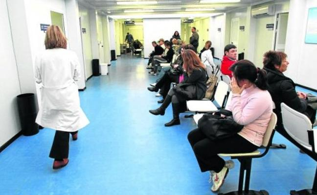 Médicos de familia y pediatras tachan de «parche» el pago de horas extra para aliviar las consultas