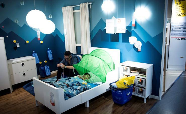Chinos que hacen vida en Ikea para combatir el calor