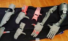 Un estudiante imprime manos en 3D para llevar a Kenia