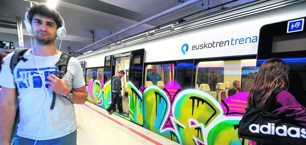 Los grafiteros se ceban con la Línea 3