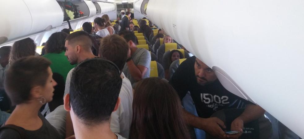 Los pasajeros de un avión se amotinan en Barcelona para evitar la deportación de un hombre a Senegal