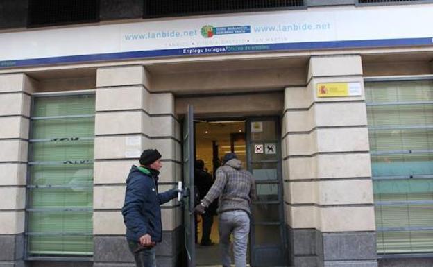 Dos detenidos en bizkaia y gipuzkoa por estafar for Oficinas lanbide