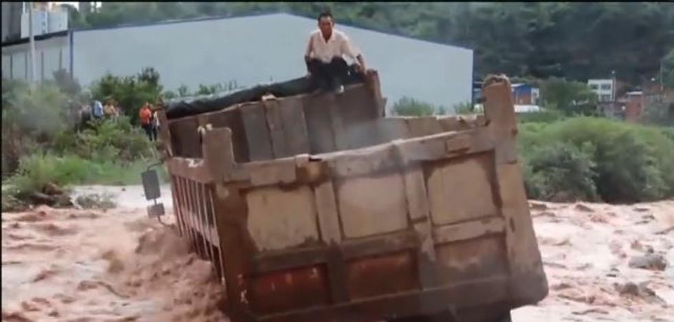 Angustioso rescate de dos camioneros en China