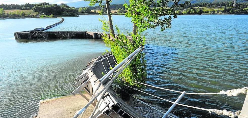 El viento inutiliza una de las pasarelas de Garaio todo el verano