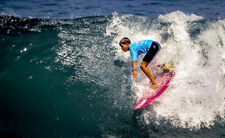 Jóvenes surfistas a la última ola en Sopela