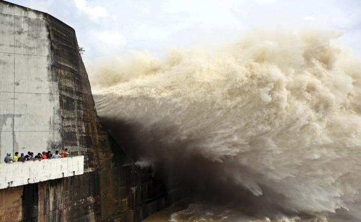 Apertura de puertas en una central hidroeléctrica en Vietnam