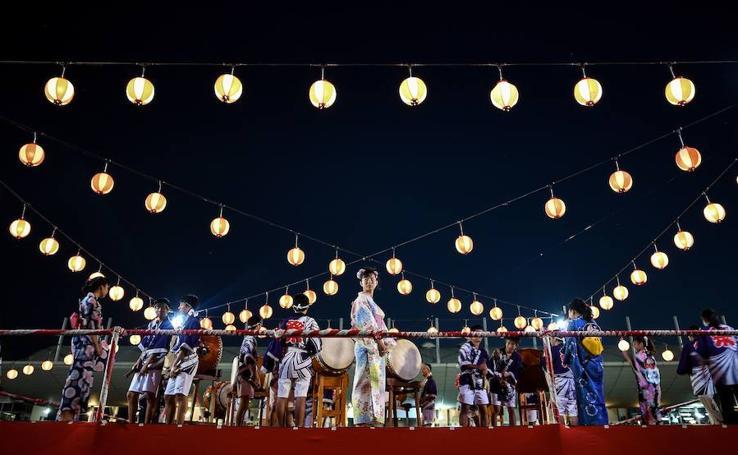 Farolillos y baile en el Bon Odori en Malasia