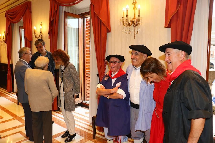 Izada de la Ikurriña en el Día del Blusa