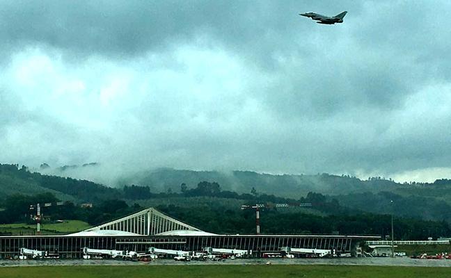 Las maniobras de dos cazas Eurofighter sobre Loiu sobresaltan a los vecinos del Txorierri