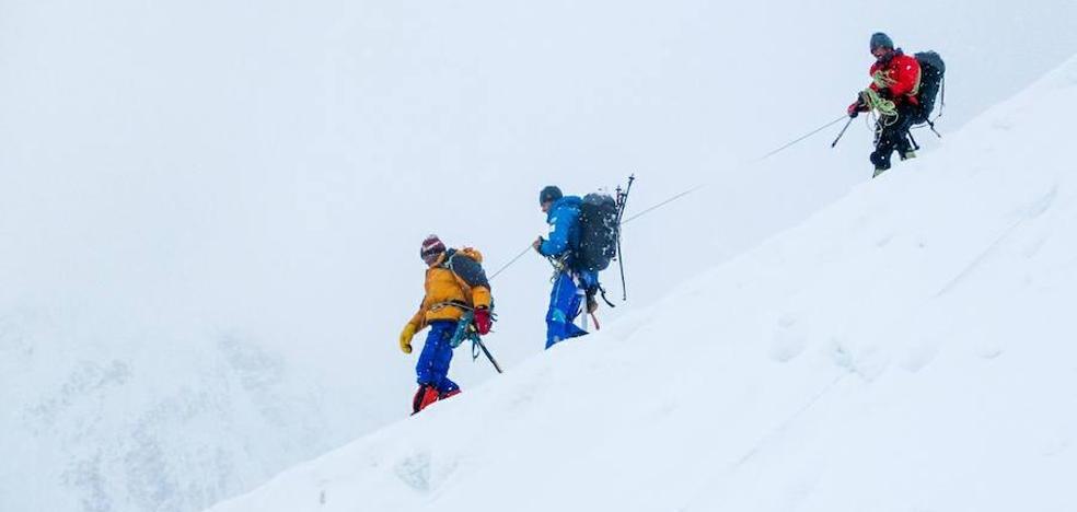 Iñurrategi, Vallejo y Zabalza rescatan a un alpinista italiano en el G II