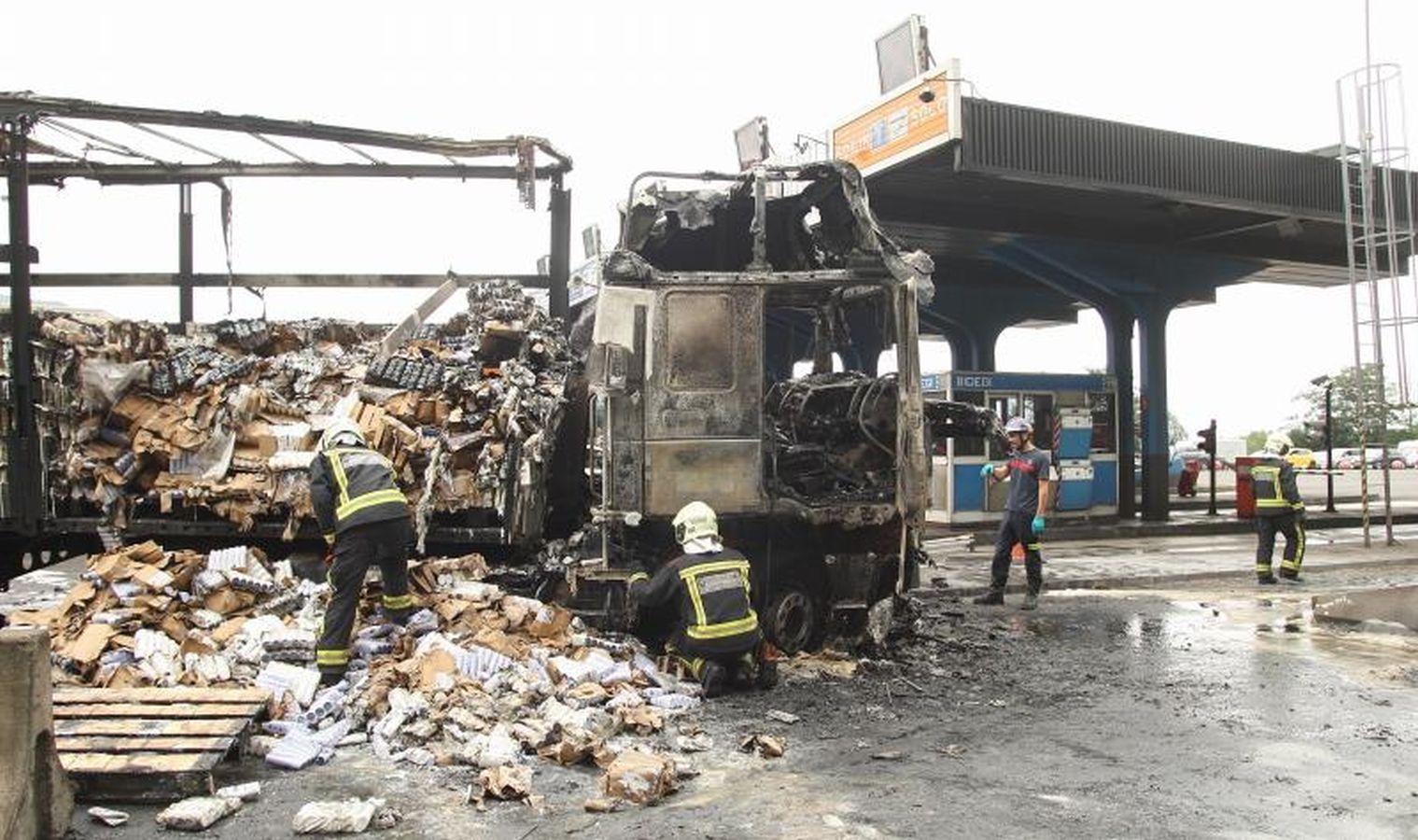 Arde un camión en el peaje de Irun tras chocar contra un muro de hormigón
