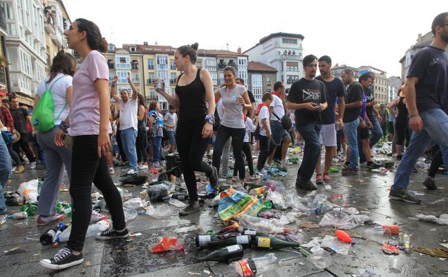 44 voluntarios tratan de evitar el acceso con vidrio a la bajada de Celedón