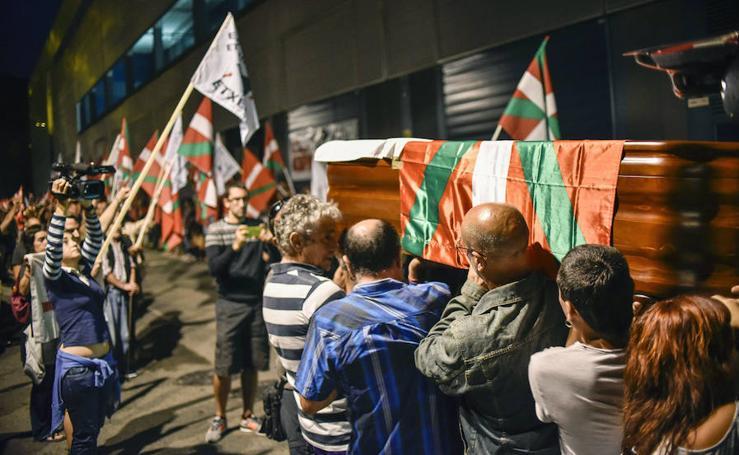Decenas de personas reciben el cuerpo de Kepa del Hoyo en Bilbao