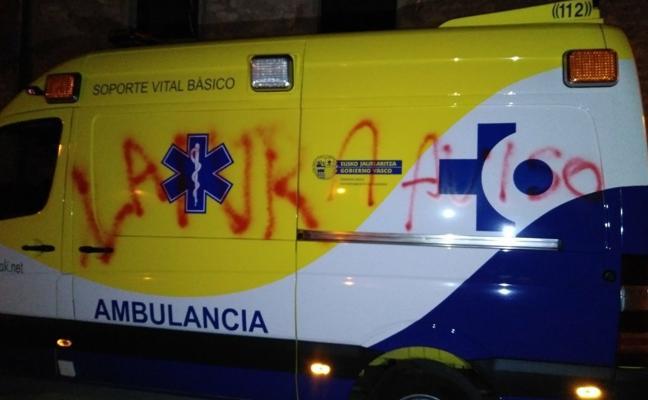 Pinchan las ruedas y hacen pintadas a cuatro ambulancias de Álava