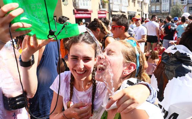 Crema solar, agua y refrigerios para combatir el calor en el Chupinazo