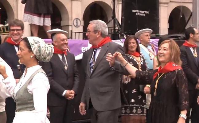 Los políticos se animan a bailar el zortziko