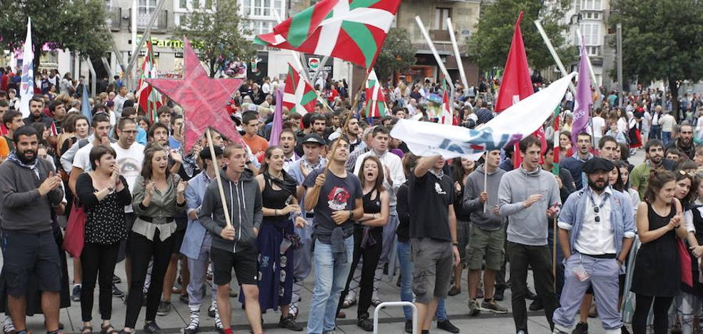 Más de cien jóvenes de Ernai protestan en Vitoria por el modelo turístico