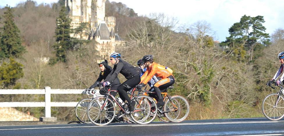 Los ciclistas piden arcenes más anchos o vías segregadas en las carreteras vizcaínas «más peligrosas»