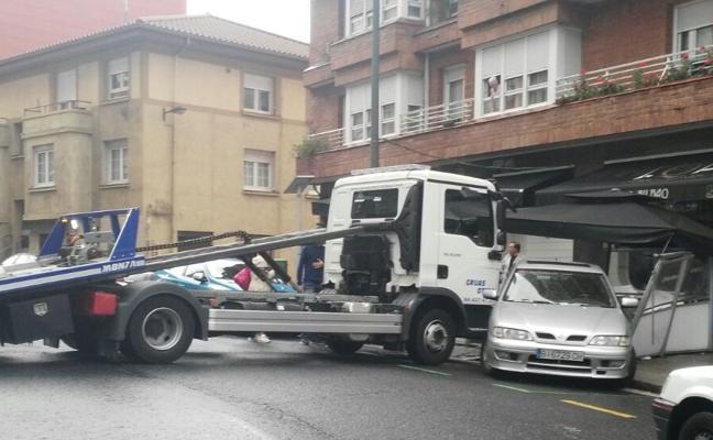 Una grúa empotra un coche contra una terraza en Begoña