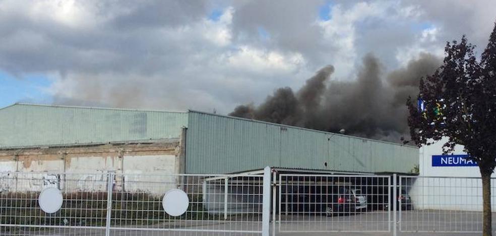 Arde un pabellón industrial abandonado entre Gamarra y Betoño